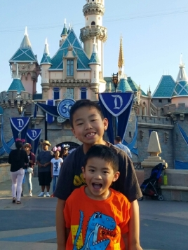 The kiddos in front of the castle.